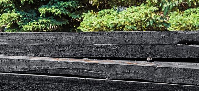 Norsk-Gjevinning_kreostoimpregnert-treverk-er-farlig-avfall_shutterstock_1107750236